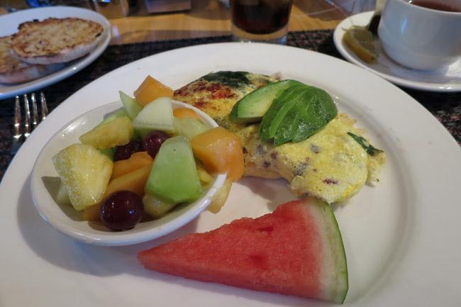 Amerikansk morgenmad,Omelet,Scones,frisk frugt